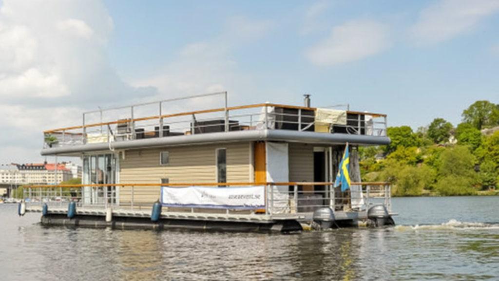 Enligt säljaren är husbåten lättstyrd med dubbla utombordarmotorer och bogpropeller i fören. Det går även att styra båten via fjärrkontroll från takterrassen eller däck.