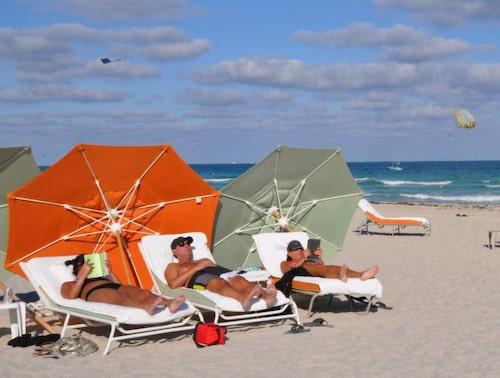 Parasoller i klara färger är som karameller på stranden South Beach i Miami.