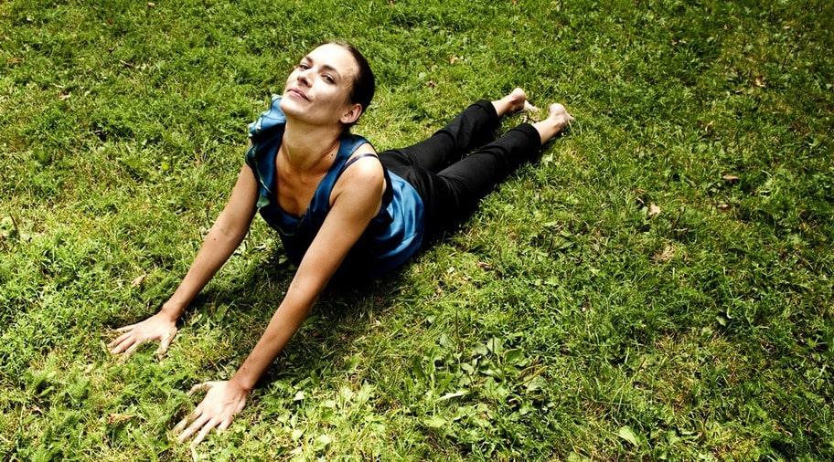 I RÖRELSE. Manuela Cripps, 37, blev av med sin smärta med hjälp av promenader och bikramyoga. I dag känner hon sig starkare i kroppen och har fått bättre hållning.