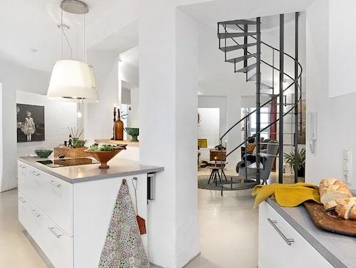 På entréplanet på våning fyra ligger kök, matrum, allrum, badrum och ett förråd. Här finns även möjlighet att bygga om och få ytterligare ett sovrum.