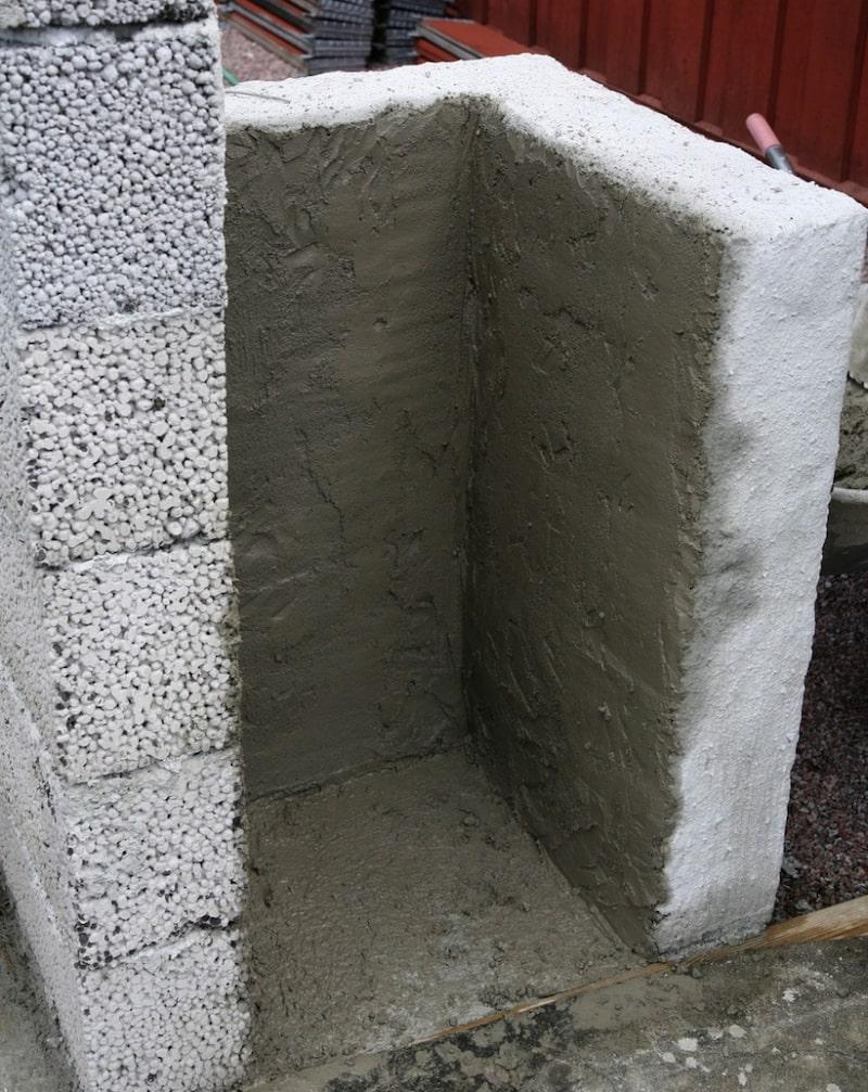 3. Borsta ytan. Låt torka en kort stund. Med en stor borste river du av ytan i bruket för att få den jämn. Doppa i rent vatten och borsta ytan som du vill ha den. Använd en murbräda i alla hörn och ytterkanter för att få en jämn kant.