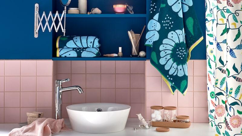 Det är storblommigt och färgsprakande på Ikea i februari