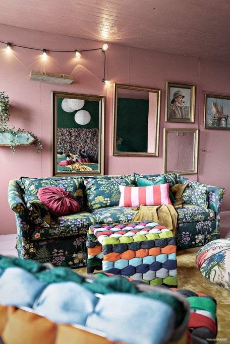 Ett mysrum med rosa väggar och mycket färg på möblemanget. Observera ramen utan innehåll.