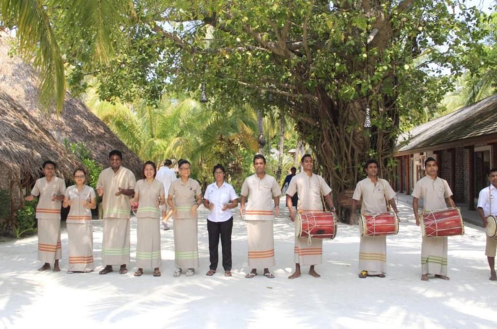 <p>Glada miner. Personal på Kuredo Resort i traditionella kläder.</p>