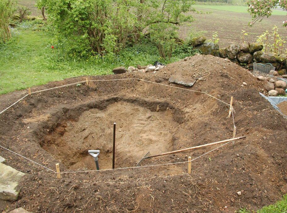 3. DAGS ATT GRÄVA Det var bara att sätta igång och gräva och rensa från sten och rötter. Det behövdes en djuphåla för en näckros och det skulle vara grundare avsatser utmed kanten.
