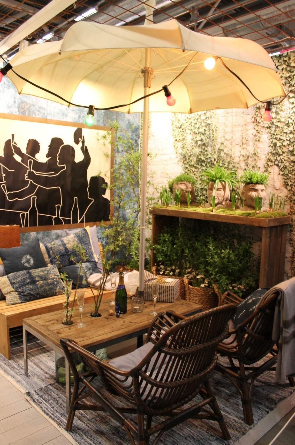 """Inspirationsbalkong. Möblera ute som inne. Kreatören  Cajsa Jacobsson kallade sin balkonginredning för Hipp hipp hurra. """"Balkongen har blivit den givna platsen för välkomstbubbel och mingel""""."""