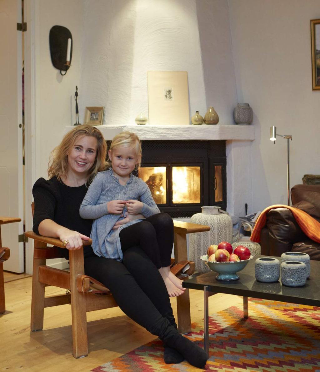 Mysig brasa<br>Nina med dottern Lucia. Favoritplatsen kalla höstkvällar är fåtöljen framför brasan.