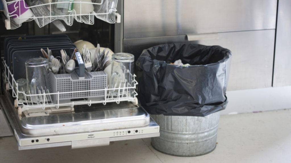 Börjar det bli fullt i papperskorgen? Ta inte till fulknep eller leta efter luckor bland soporna där du kan slänga ditt skräp.