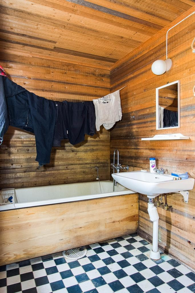 I badrummet hänger tvätten kvar på tork...