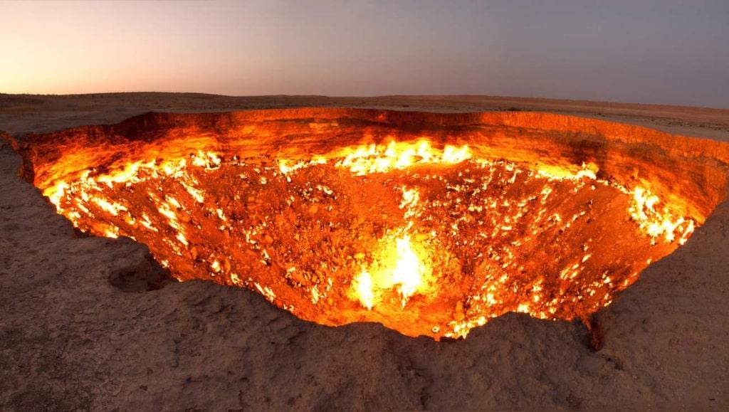 """<p>""""Helvetets dörr"""". I mitten av Karakumöknen i Turkmenistan ligger denna 70 meter breda krater.</p> <p><a href=""""https://www.flickr.com/photos/tormods/6269124988/in/photolist-axYUrS-asN2QD-bgfMf4-agQku2-deJE3D-agQknZ-deJD4Q-deJDYM-deJEck-deJD6o-deJDuj-deJDqS-agT97h-agQkmP-agT9d1-agQkvi-agT97Y-agT96f-agQkoT-deJE8c-deJDbE-deJDyf-deJDnw-deJDiE-deJDUr-deJDSM-deJD9W-deJD8h-deJD3C"""">FOTO: Tormod Sandtorv/Flickr</a></p>"""