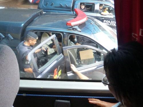 Här griper polisen den man som smugglade droger på bussen i Brasilien.
