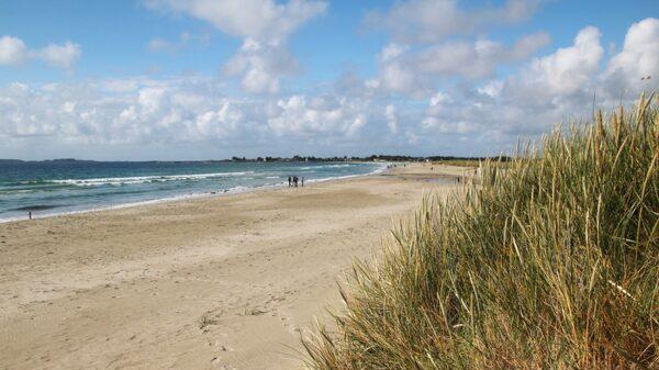 Solastranden är långgrund och vindarna gör den populär bland surfare och drakflygare.