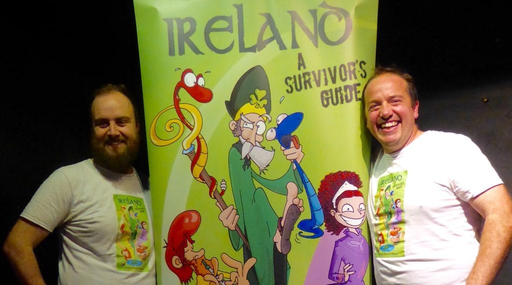 Två irländska ståuppkomiker skämtar och skojar friskt om irländare och irländska seder.