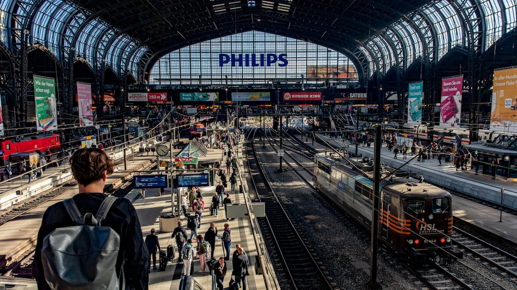 På pampiga Hamburg Hauptbahnhof passerar 550 000 personer varje dag.
