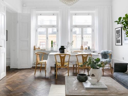 Slipa, lacka eller polera upp gamla slitna trägolv. Det gör att lägenheten känns ljusare och färschare.