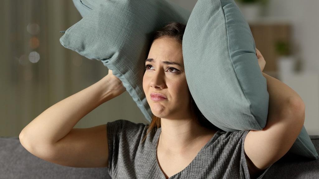 Kvinnan hävdar att hon fått stressrelaterade problem på grund av störningarna.