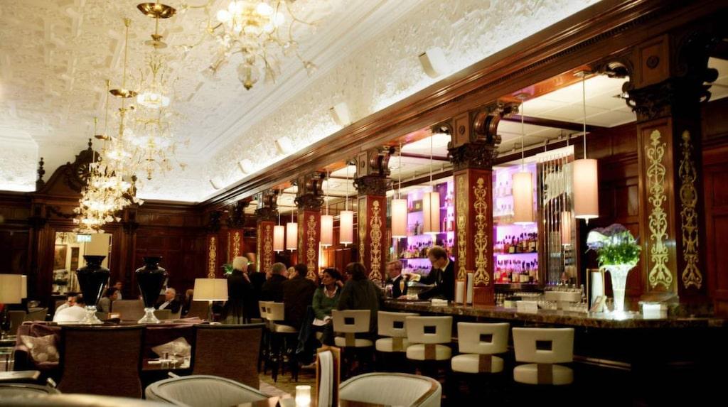 <p>Njut av ett glas champagne på Grand Hotels eleganta bar Cadierbaren.</p>