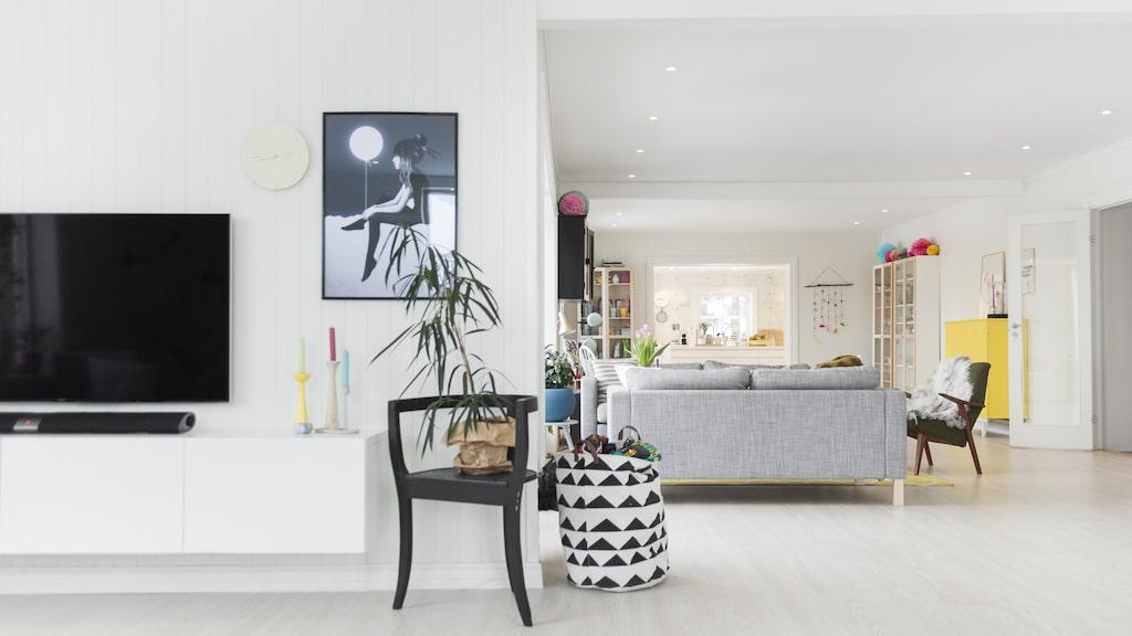 Tv-bänken är från Ikea. Den svarta stolen är ett arv. Ljusstakarna lyser upp med olika färger på stearinljusen.