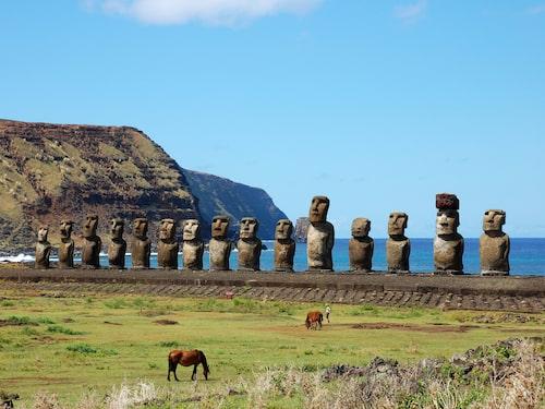 """På Påskön i Chile hittar du dessa ikoniska stenhuvuden kallade """"Moai"""" som restes av folket Rapa Nui någon gång mellan år 1100 och 1500."""