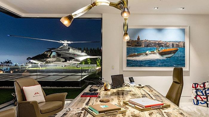 Kontoret på våningen högst upp med fönster mot helikopterplattan.