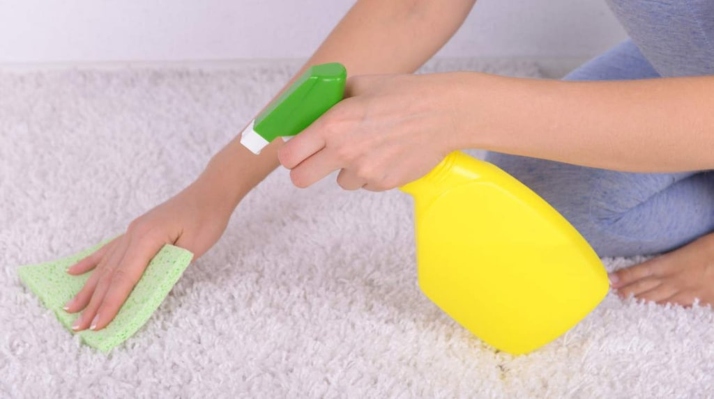 Fläckar på matten kan vara kniviga att få bort. För att få bort fläckarna som lätt som möjligt bör du göra ren mattan så snart du bara kan.