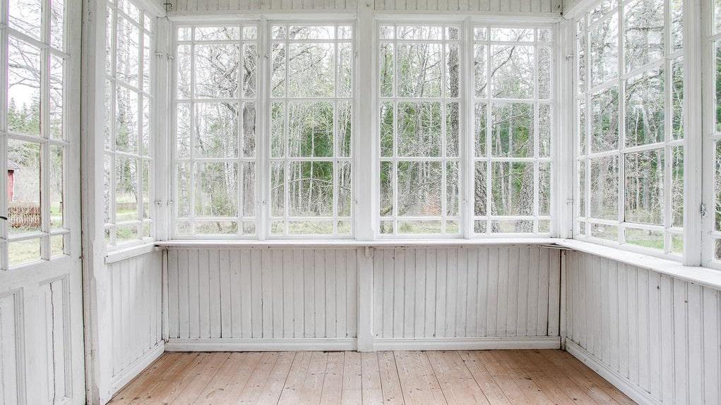 Punschverandan med spröjsade fönster.
