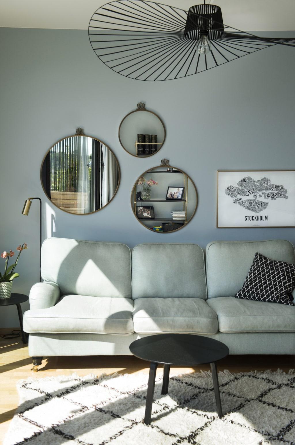 Grönt & blått. Den mintgröna howardsoffan skapar en fin harmoni med de blå väggarna. Speglar från Gubi, hattlampa från Artilleriet.
