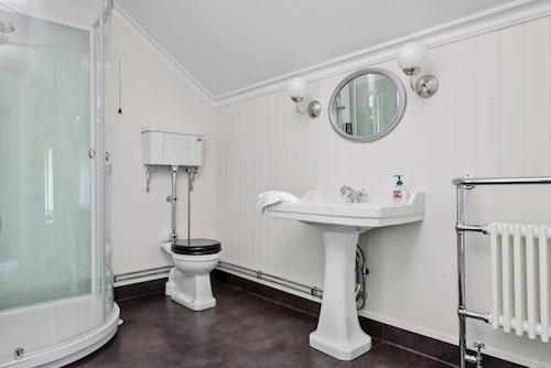 Även övervåningens badrum och toalett imponerar.
