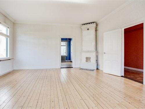 Vardagsrum i lägenheten på bottenplan.