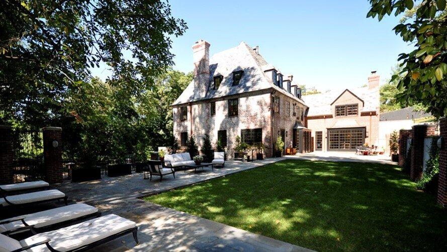 Huset är från 1920-talet och ägdes tidigare av Joe Lockhart som var pressekreterare under Bill Clinton.