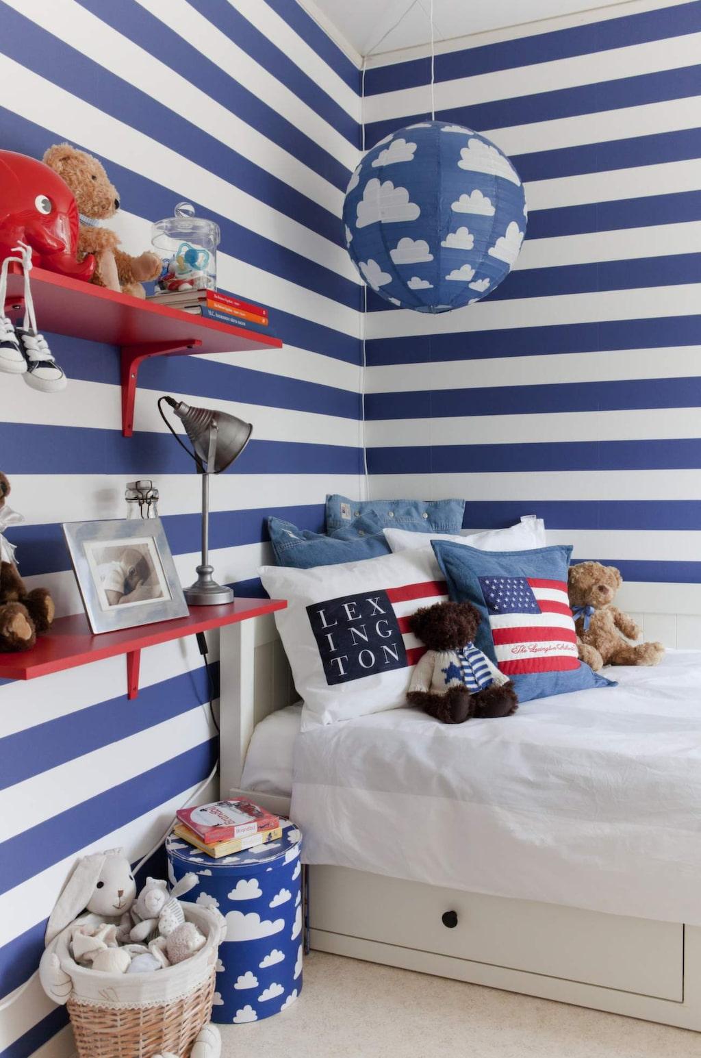 <p>Älskade ränder. Mysig sänghörna med kuddar från Lexington, förvaringsbox och lampa med moln från Färg &amp; form. Röda vägghyllor från Ikea.</p>