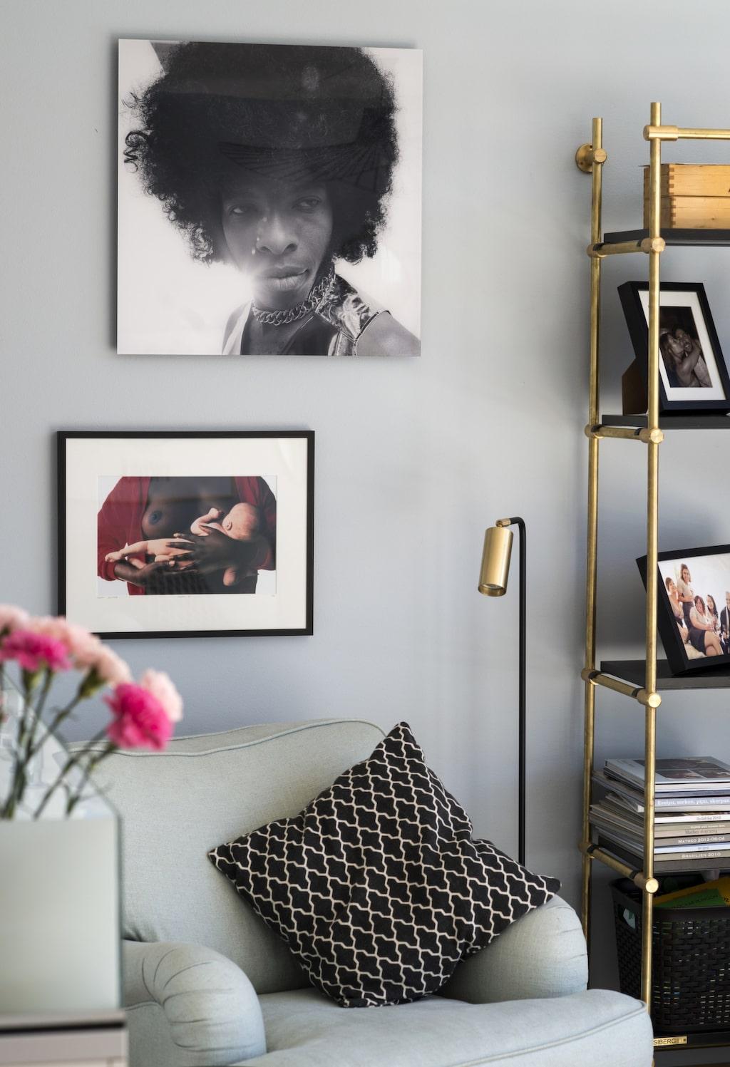 Mässing. I vardagsrumsdelen på nedervåningen står en hylla från Siberg design, lampan kommer från Dis inredning. Tavlor från Yellow korner.