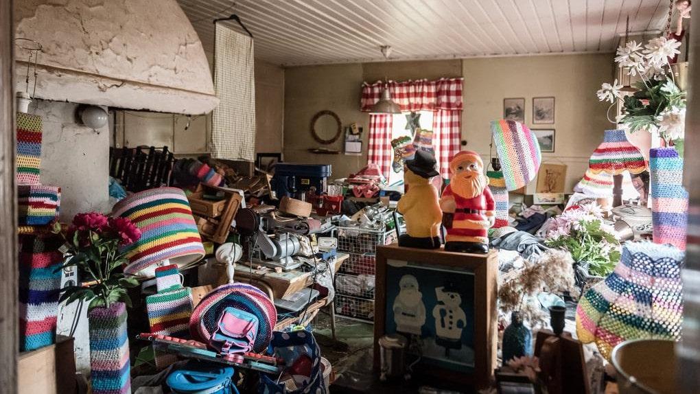 """Huset som är till salu i Örsundsbro är fullt med prylar. Säljaren beskriver sig själv som en samlare, berättar mäklaren Douglas Horvath: """"Hon tycker att det är roligt att hitta och laga trasiga saker och få dem att bli som nya igen."""""""
