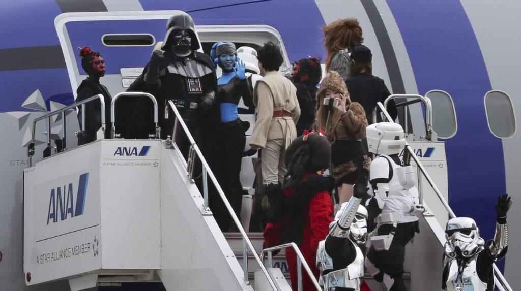 <p>Både Chewbacca, C-3PO och Darth Vader kunde skymtas i vimlet.</p>