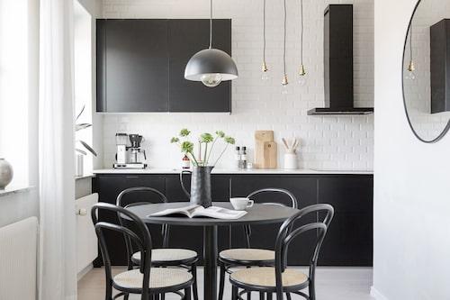 Lägenheten går i vitt och svart och är väldigt stilren.