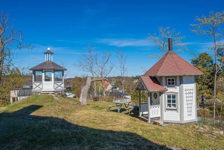 Till huset hör även ett lusthus med fantastisk vy, samt en lekstuga som ska vara något utöver det extra.