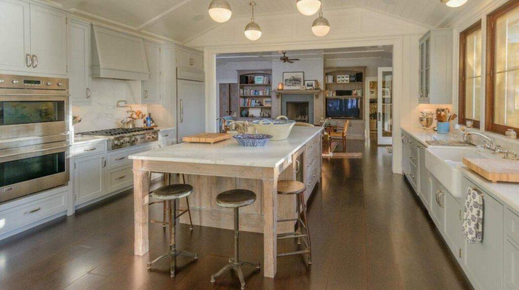 Köket är renoverat till modern standard, men ändå med en lantlig känsla.