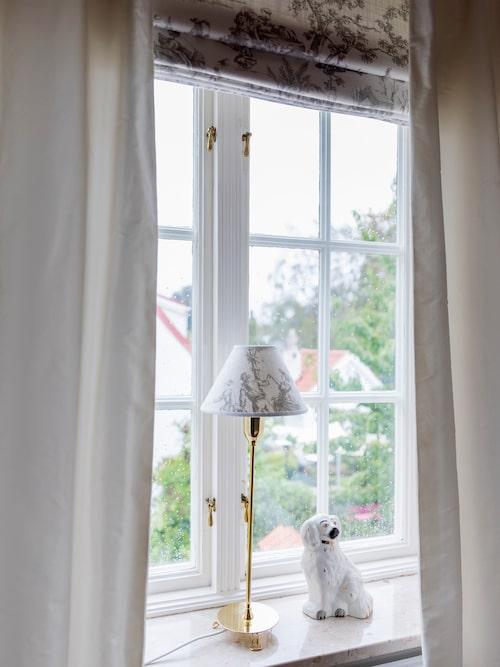 I sovrummet kan man även låta tyget Toile de Jouy finnas som en hissgardin och lampskärm som på bordslampan från Svenskt Tenn.