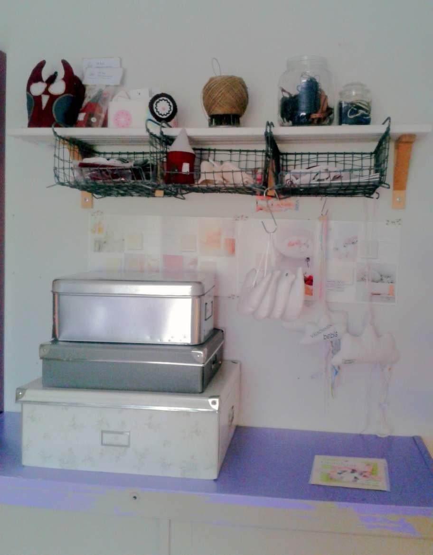 En bra förvaringslösning är att samla spillbitar från scrapbooking eller fotografier i pappkartonger.