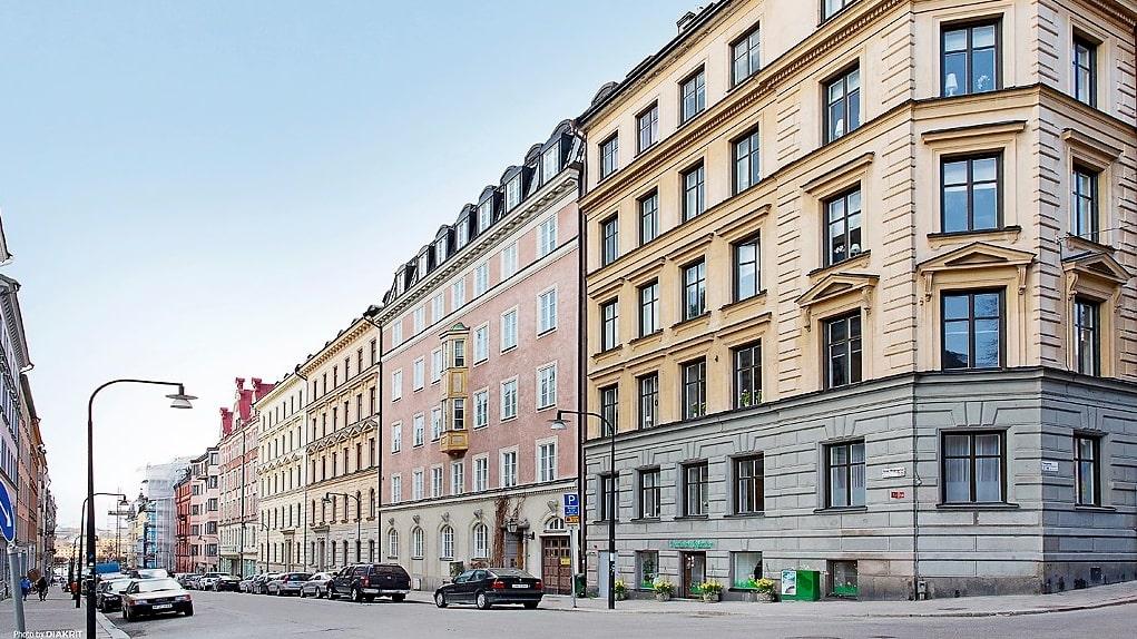 Just nu är en liten tvåa till salu på Storgatan på Östermalm, Stockholm. I huset bredvid ligger Zlatans lyxiga hus.