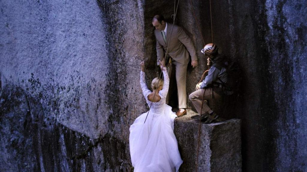 <p>Under såväl transporten till och från avsatsen som under fotograferingen är brudparet skyddat av diverse säkerhetslinor och andra skyddsanordningar.</p>