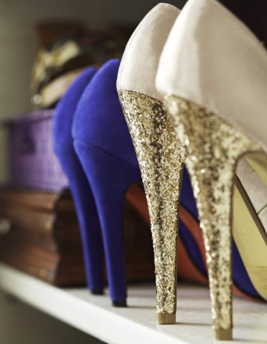 De glittriga klackskorna kommer aldrig att användas. När Petra kom hem från sin resa där hon köpt de vackra skorna visade det sig att hon fått med sig två olika storlekar.