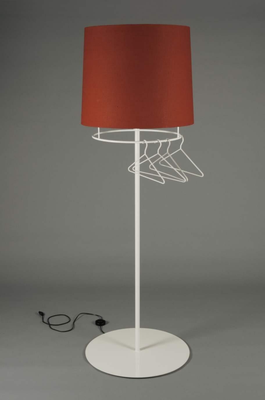 Stor lampa med tre funktioner. Belysning kompletterad med fyra tillhörande galgar, samt en hatthylla upptill i lampskärmen i plexiglas för handskar och mössor, 17 500 kronor, Plusfunction.com.