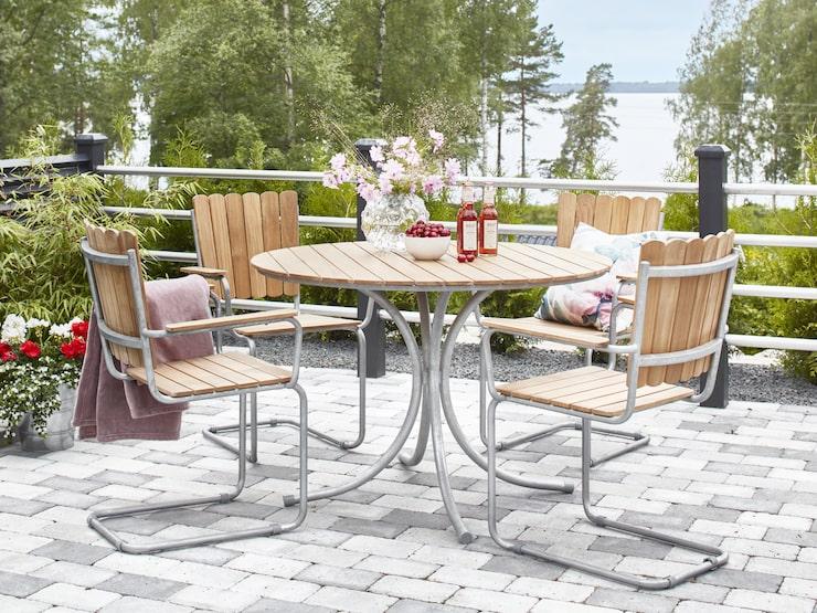 Mios trädgårdsgrupp Mölle är väldigt lika Grythyttans A2-fåtölj och det runda bordet 9A av Artur Lindqvist.
