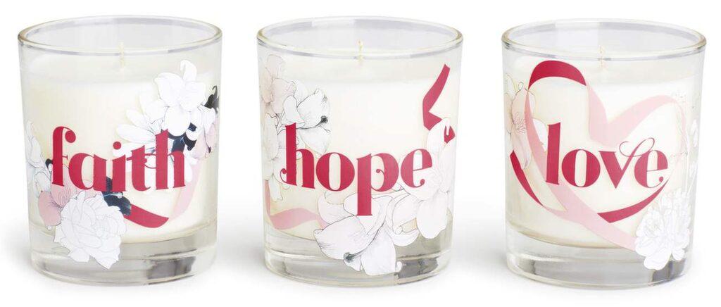 <p>Ett ljus med en söt vaniljdoft och ett slumpmässigt valt budskap med Faith, Hope eller Love tryckt på förpackningen och behållaren. <strong>Lindex, 100 kronor.</strong></p> <p>36:25 till Cancerfonden.</p>