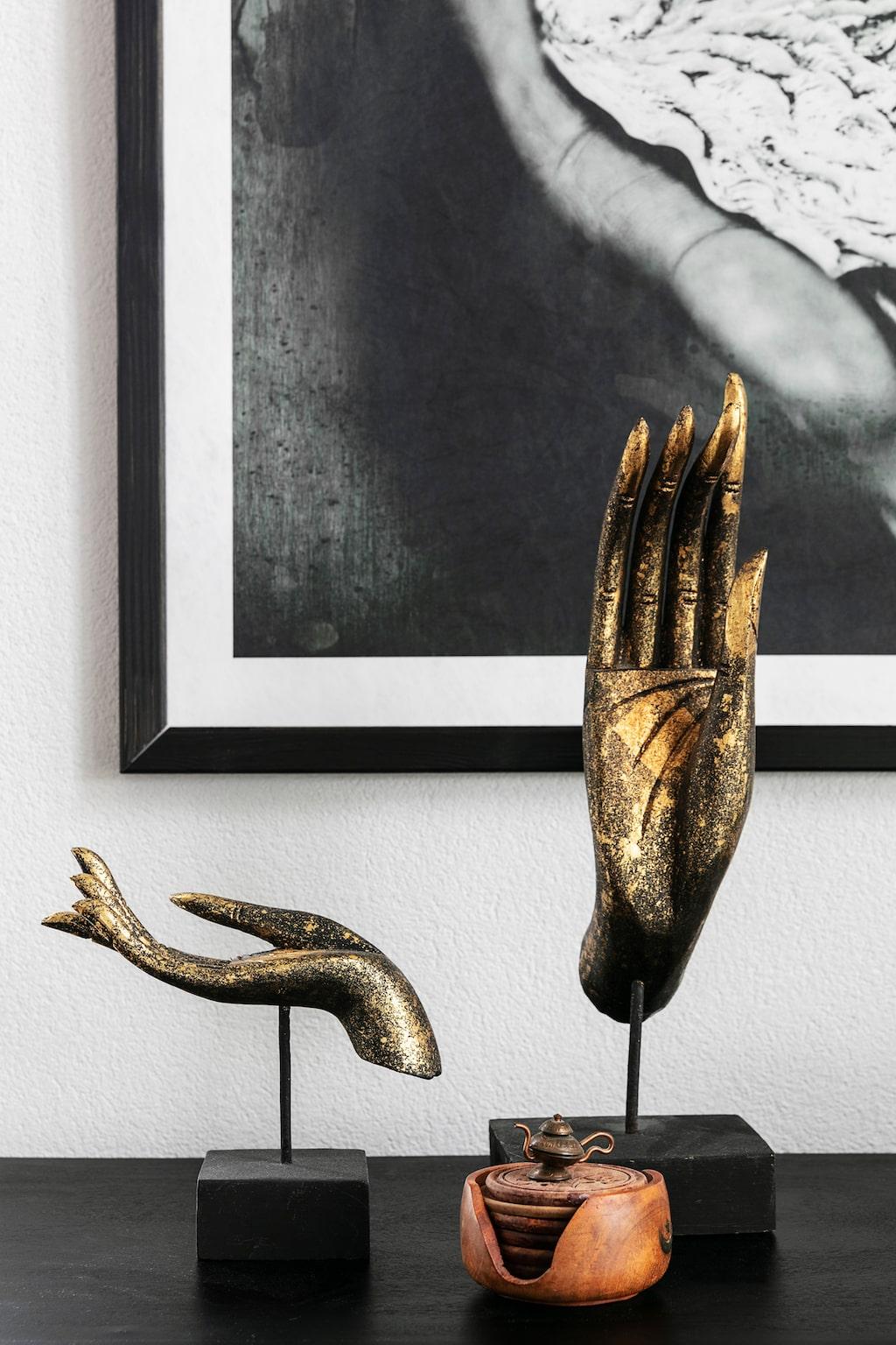 Konst och unika objekt gör inredningen personlig. Den lilla kannan har Yvette ärvt av sin mormor.