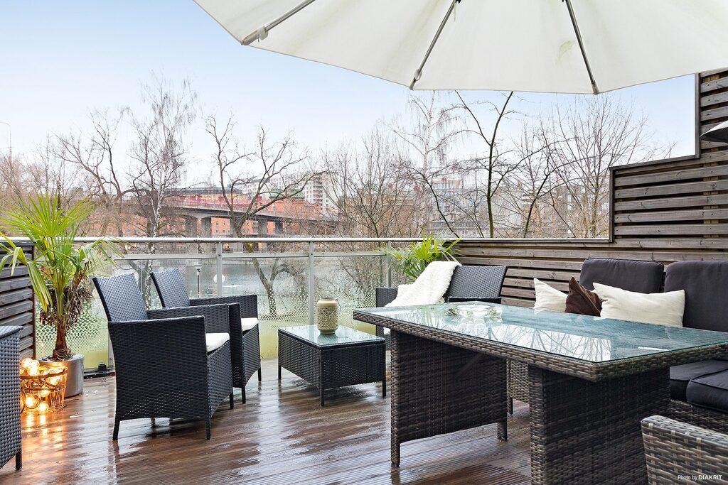 Terrassen på 18 kvadratmeter har härlig utsikt över Klara sjö.