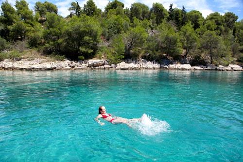 Varva trevliga hamnbesök med sköna dopp i ett turkosblått hav.