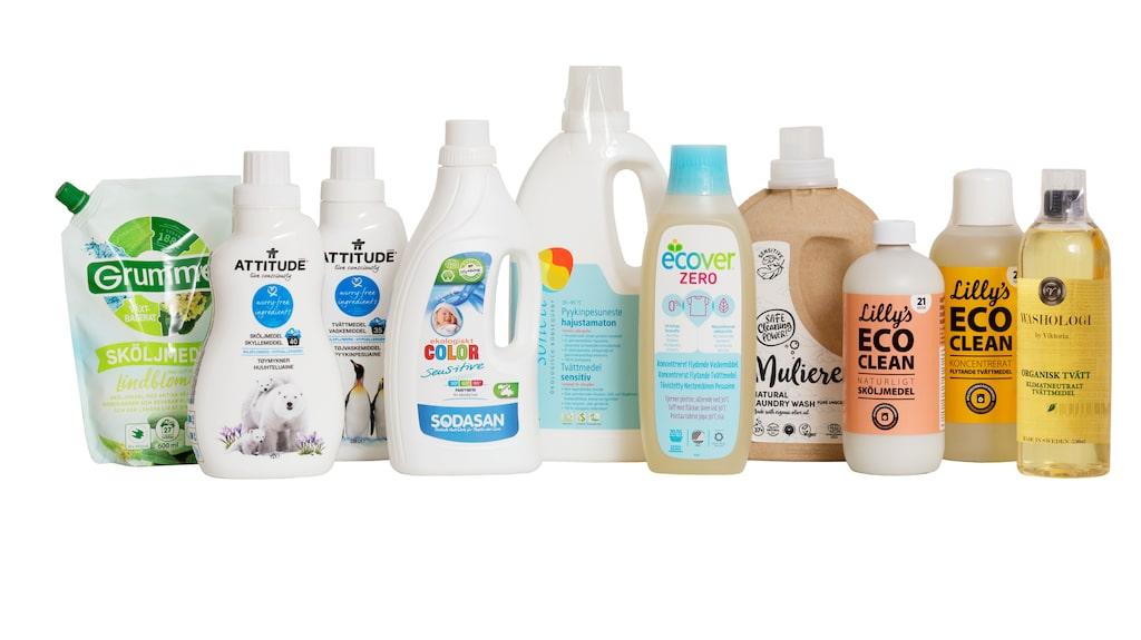 Många produkter marknadsförs som särskilt naturliga och hållbara. Men vissa av dem innehåller mer fossila råvaror än vanliga tvättprodukter, visar Testfaktas analys.