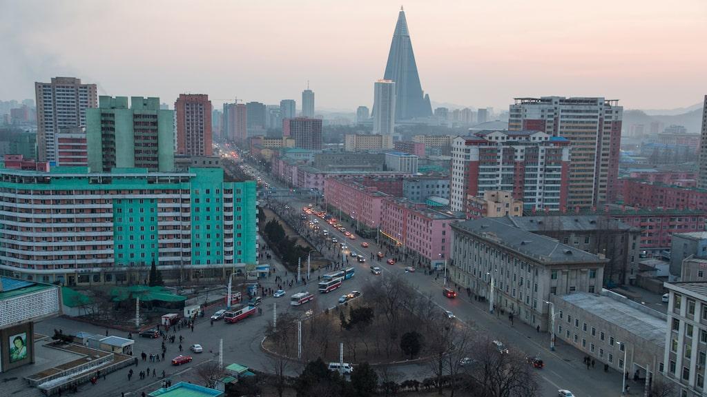 Turister som besöker huvudstaden Pyongyang följs av obligatoriska guider. Men i skidbacken finns chans att prata med invånare utan övervakning.
